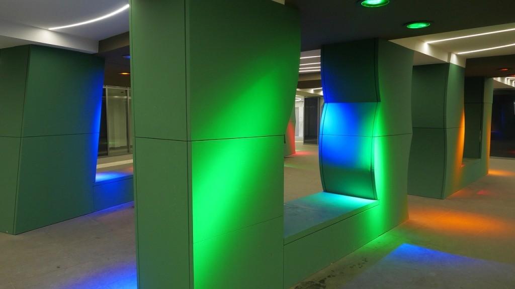 Dekoracje wnętrz światłem RGB LED. Oświetlenie dekoracyjne. Malowanie światłem. LED RGB.