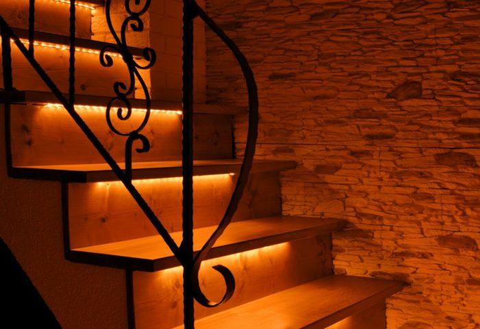 Jak dobrze i efektownie oświetlić schody? Podświetlenie schodów taśmą LED (pomarańczowy). Animacja FALA LED. Inteligentne sterowanie oświetleniem schodów.