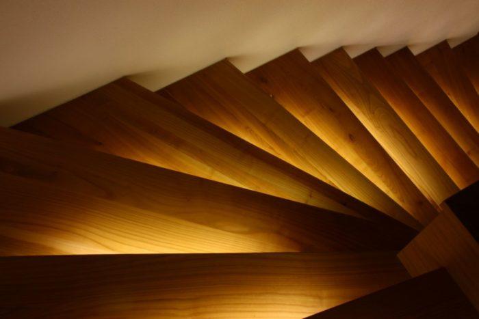 smartLEDs - Drewniane schody. Oświetlenie schodów: stopnie schodowe podświetlone taśmą LED.