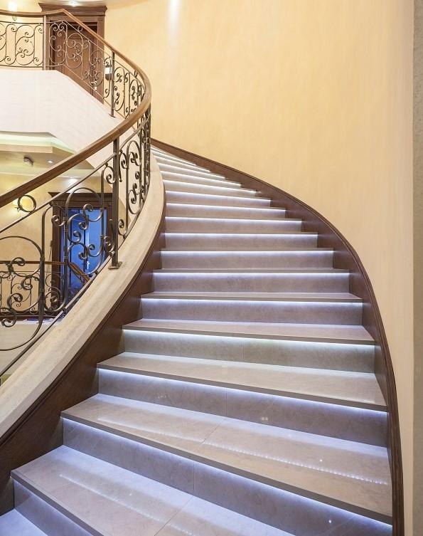 smartLEDs - Luksusowe schody z oświetleniem schodowym. Oświetlenie i podświetlenie LED schodów (stopni schodowych) taśmą LED.