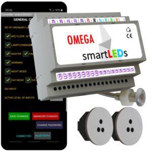 """Zestaw schodowy do oświetlenia LED """"Inteligentne schody z aplikacją na smartfon"""". Sterownik schodowy smartLEDs OMEGA z czujnikiem zmierzchu + 2 schodowe czujniki ruchu ALFA (szare okrągłe)."""