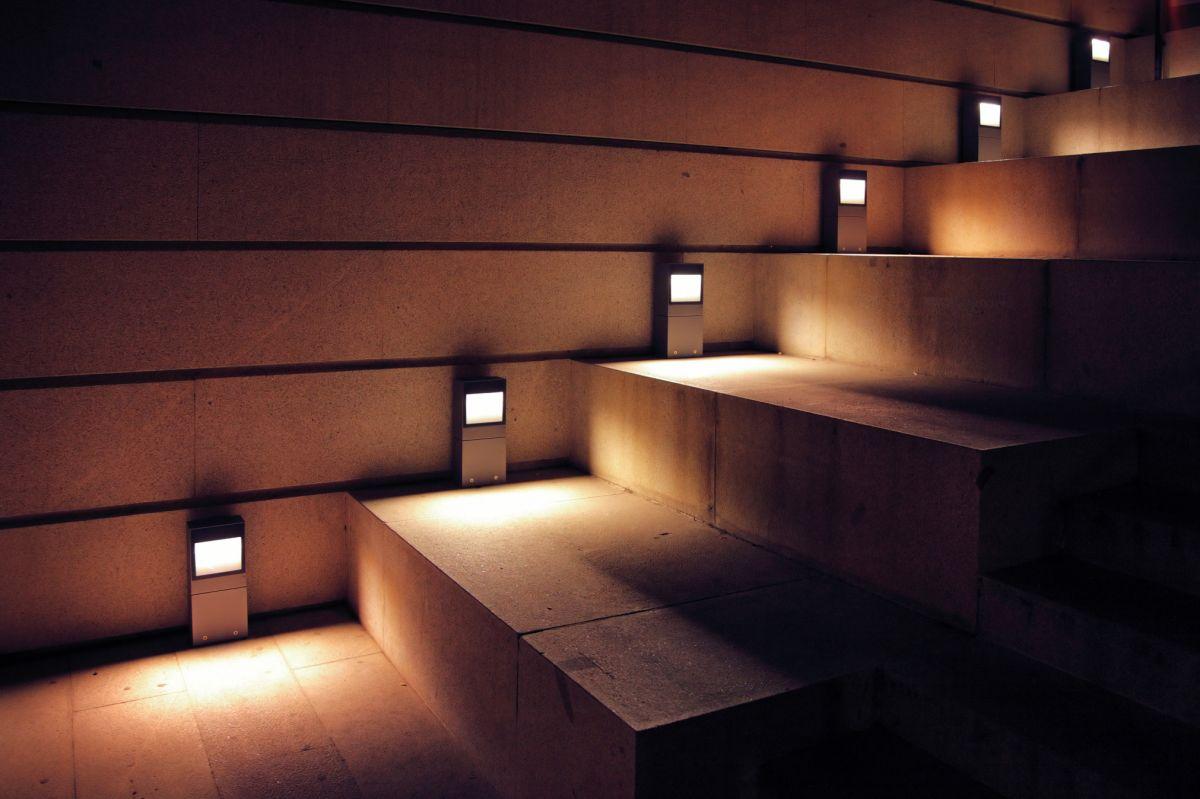 Eleganckie boczne podświetlenie LED schodów