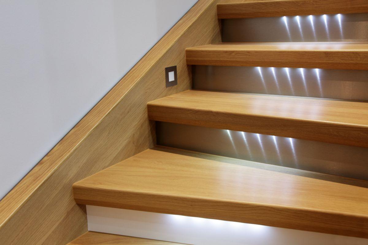 Oswietlenie LED stopni schodowych w podstopnicy