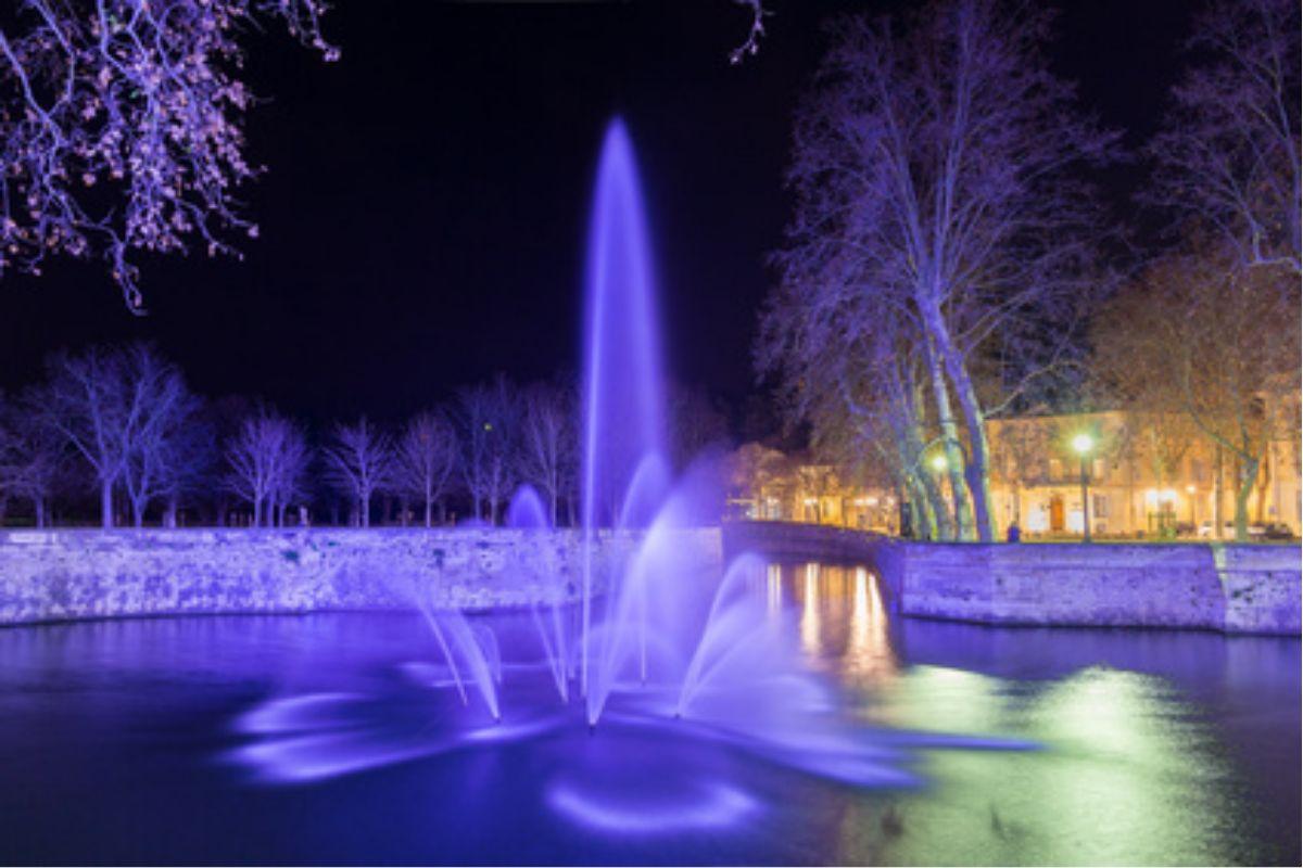Oświetlenie LED fontanny w ogrodzie fiolet